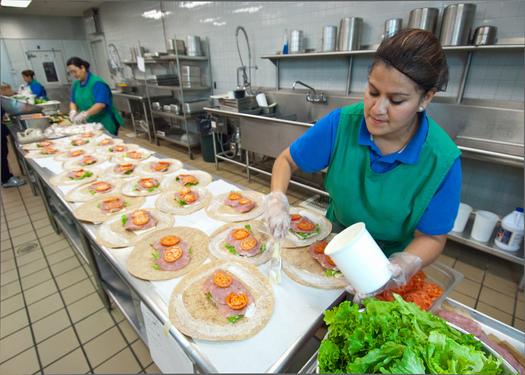 """La Provisión """"Elegibilidad de la Comunidad"""", de la USDA, permite que todos los estudiantes reciban comidas gratis en aquellas escuelas con alto porcentaje de niños provenientes de familias con bajos ingresos. Crédito de la foto: Departamento de Agricultura de los EE.UU. (USDA)."""