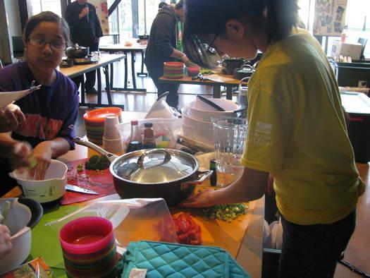 La nutrici�n es uno de los temas centrales de los programas �21st Century Afterschool�, en Yakima. Un reporte reciente revela que el 17 por ciento de los ni�os de Washington est�n inscritos en un Programa para Despu�s de Clases; sus padres dicen que ser�an 36 por ciento, si tuvieran acceso a uno. Foto cortes�a de NW Community Action Center.