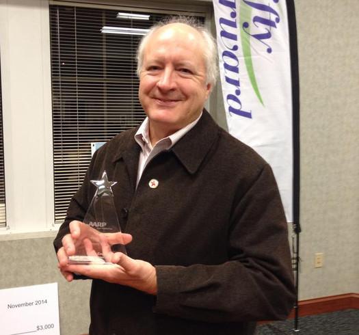 """FOTO: Se estima que Barry Coggins, ganador del Premio Andrus 2014, ha entregado unas 10,000 comidas en sus m�s de veinte a�os de voluntariado con al programa """"Comidas sobre Ruedas"""" (Meals on Wheels). Foto cortes�a de la AARP Tennessee."""