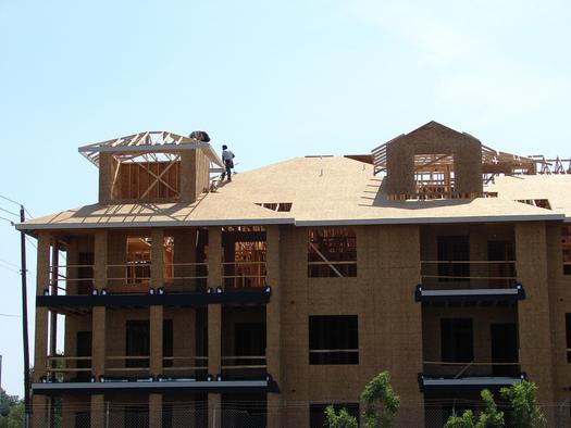 FOTO: Se estima que hasta uno de cada cinco trabajadores en el sector de la construcci�n de Texas no recibe los salarios adecuados que la ley exige. Cr�dito de la foto: Matthew Rutledge/Flickr.