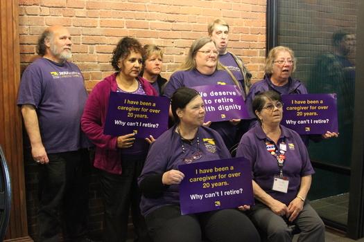 FOTO: Los trabajadores de cuidados a domicilios quieren que se destinen 23 centavos de cada hora de su paga para un fondo futuro destinado a los beneficios de retiro, pero la idea está recibiendo oposición de algunos senadores estatales. Crédito de la foto: Sarah Lloyd.
