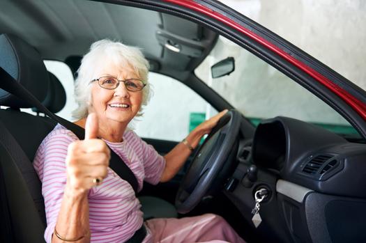 Uber y �Life Reimagined� (La Vida Re-imaginada), subsidiaria de la AARP, est�n asociadas para atraer a m�s adultos mayores para que manejen autos para Uber. Cr�dito: Warren Goldswain/iStock.