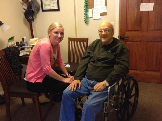 Los cuidadores de la salud a domicilio de Washington pueden recibir adiestramiento extra en un programa de aprendizaje que les prepara para brindar apoyo a la gente con una variedad de retos médicos. Crédito: Chris Thomas.