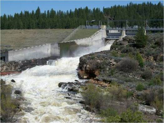 The J.C. Boyle Dam is one of four slated for decommissioning if Congress approves the Klamath Basin Restoration Agreement. Credit: U.S. Fish and Wildlife Service