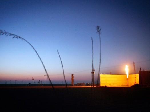 Petróleo flameado en una planta de Bakersfield. Un reporte reciente detectó que millones de acres de tierra pública del oeste están reservadas por arrendamientos sin aprovechar de petróleo y gas. (Chris Jordan-Block/Earthjustice)