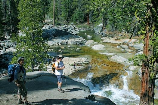 Excursionistas disfrutan el Arroyo Creek en el Bosque Nacional Sierra, una área que ha sido dejada fuera de ls lista del Servicio Forestal de lugares por recomendar para protección silvestre. (Steve Evans, Californig Wilderness Coalition)