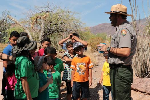 A ranger at Lake Mead National Recreation Area speaks to children during Latino Conservation Week in 2015. (Centro de Adoracion Familiar)