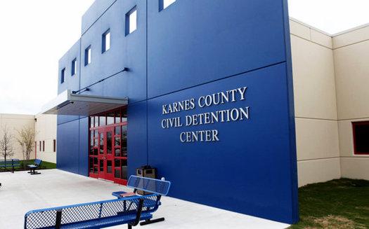 El Centro de Detenci�n de la Inmigraci�n del Condado Karnes, al sur de Texas, es uno entre docenas que hay en todo el pa�s y que son operados por corporaciones privadas con fines de lucro. (Foto: DHS)