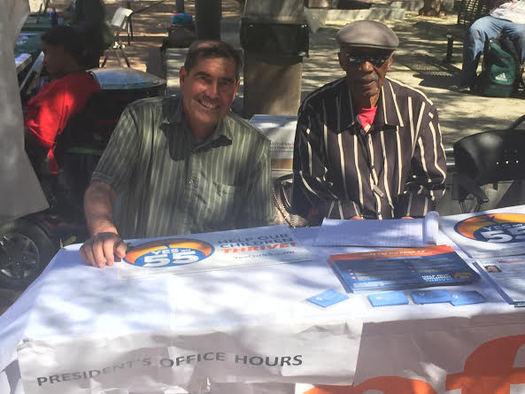 Ed Jaramillo (izq.), presidente de la �Peralta Federation of Teachers� (Federaci�n Peralta de Maestros), y Al Young (der.) sentados a la mesa en un evento de la Propuesta 55 en Laney College, en Oakland, el martes. (Fred Glass/Calif. Federation of Teachers)