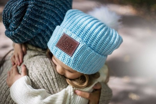 Missouri college students deliver hats to children with cancer. (lym.org)