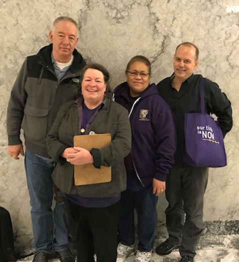 Padres que brindan cuidados familiares testificaron en apoyo a la legislaci�n de cuidados sustitutos en Olymplia, la semana pasada. (SEIU 775)