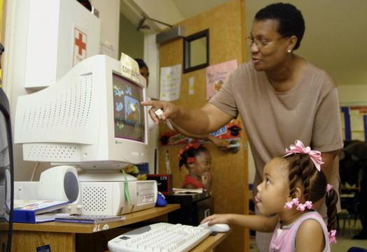 Los programas veraniegos de aprendizaje interactivo pueden ayudar a que los chicos se mantengan en contacto y a la vez combatan el �bache de verano�. (Mario Villafuerte/Getty Images)