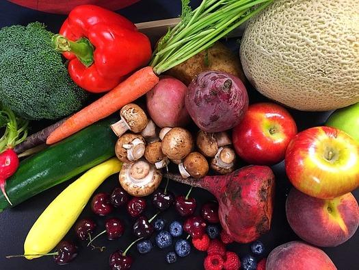 Los expertos recomiendan agregar frutas coloridas como ar�ndanos y zanahorias, que contienen muchos nutrientes y ricos en antioxidantes, a las dietas diarias para tener una mejor salud. (Pixabay)