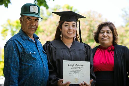 Un nuevo estudio muestra que aunque los latinos est�n logrando tener t�tulos universitarios, siguen retrasados con respecto a los blancos y los afro americanos en cuanto a logros educativos.