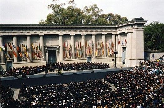 Un reporte reciente encontr� que tasas m�s bajas de graduaci�n de universidad conducen a sueldos m�s bajos para la fuerza laboral, as� como los latinos tienen los ingresos medios m�s bajos de todos los grupos de California. (Andris/Wikimedia Commons)