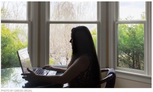 Un informe del Better Business Bureau encontr� que los enga�os rom�nticos frecuentemente se dirigen a viudas y viudos. (Gregg Segal/AARP)