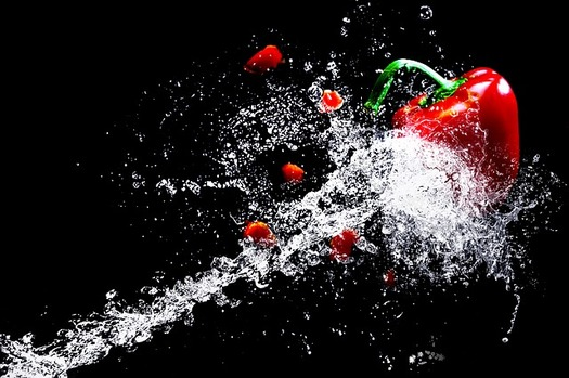 Washing fruit and vegetables before eating them is one way to avoid foodborne illness. (Pixabay)