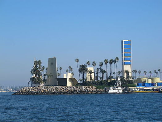 Oil facilities on several man-made islands off of Long Beach and Seal Beach have racked up 293 state violations since 2015.(Donielle/Wikimedia Commons)