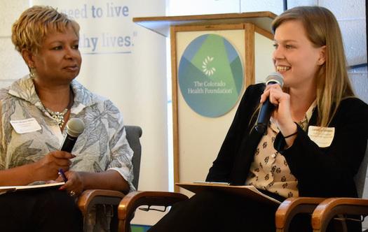 Lyndsey Williams, directora de la Red de Bancos de Alimentos La Puente, del Valle San Luis, habla con la Presidenta y CEO de la Fundaci�n de la Salud de Colorado KarenMcNeil-Miller, en Ca�on City. (Sarah Skeen)
