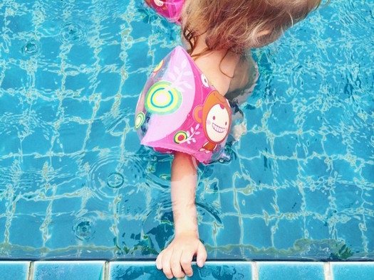 Child safety experts advise parents and care providers to keep a close eye on children in the water. (kaakamakaaka/Twenty20)