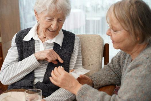 Un reporte de la AARP dice que los cuidadores familiares sin paga aportan el equivalente a m�s de $9 billones al a�o en cuidados para sus seres queridos. (Jasmin Awad/Twenty20)