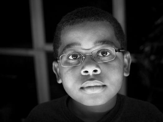 Los optometristas pedi�tricos dicen que un examen de la vista y un par de anteojos pueden marcar una dram�tica diferencia en el desempe�o acad�mico de una ni�a o de un ni�o. (Sir Leto/Flickr)