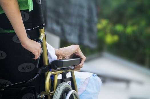Los cuidadores sin paga a menudo ponen en pausa sus propias necesidades para cuidar a un pariente, a su pareja o a una amistad. (truthseeker08/Flickr)