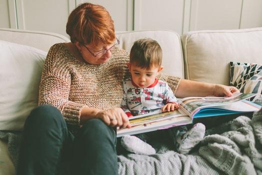 Nuevas investigaciones muestran que los infantes que pasan el tiempo interactuando con su madre o su padre, o con sus abuelos, desarrollan mejores destrezas para la vida que los que ven televisi�n o dispositivos digitales.