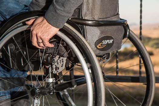 Buenas noticias para los residentes y la gente que usa sillas de ruedas de New York; la ciudad accedi� a levantar un inventario de los cruceros de calles y programar la reparaci�n de las aceras faltantes o da�adas. (Steve Buissinne/Pixabay)