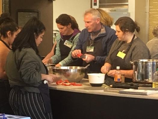 El curso �Cooking Matters� (Cocinar Importa) en Portland ayuda a que la gente prepare comidas hechas en casa. (Autumn Akers/CareOregon)
