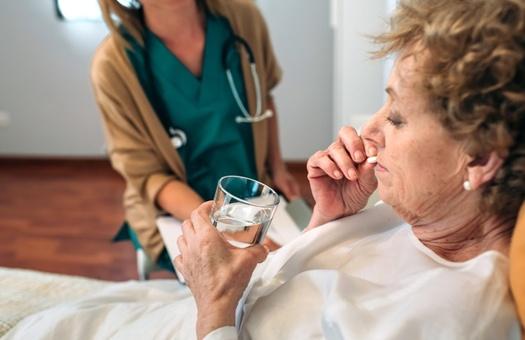 Los medicamentos antipsicóticos pueden ser peligrosos para personas con Alzheimer y demencia. (David Pereias/Adobe Stock)