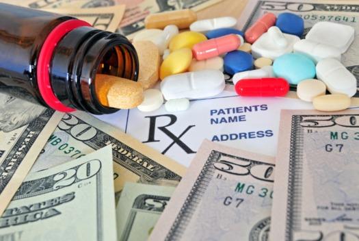 """La Comisión Federal de Comercio (""""Federal Trade Comission"""") calcula que los estadounidenses pagan cuando menos $3.5 billones más al año por medicamentos de marca, porque las empresas de genéricos aceptan dinero para retener sus inventos. (AARP)"""