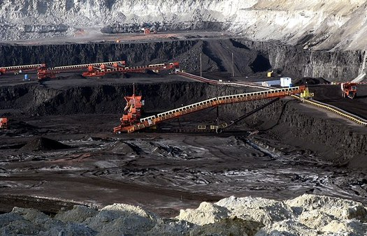 Between 2008 and 2017, more than half of U.S. coal mines closed operations, and dropping costs for renewables make coal a less attractive energy source. (Greg Goebel/Wikimedia Commons)