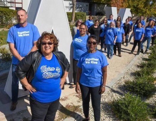 """Trabajadores del """"Antelope Valley Community College"""" ganaron recientemente una batalla de cinco años con su distrito escolar, sobre horarios de trabajo y el pago de tiempos extra.(Bob Riha)"""