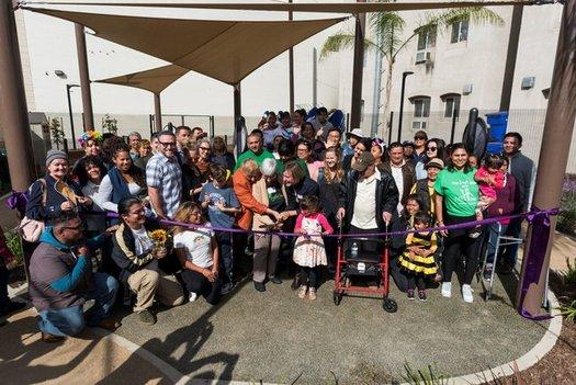 """Residentes cortan el listón en el """"Golden Age Park"""" (Parque de la Edad Dorada) en Los Ángeles, en Noviembre de 2019, el cual fue construido en parte con fondos provenientes del programa de subsidios """"Reto de la Comunidad AARP"""" (AARP Community Challenge). (Nacho Mora)"""