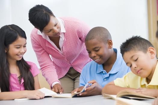 La legislación actualmente atorada en el Congreso patrocinaría programas de capacitación para maestros y otras ayudas financieras para futros profesores de color, para ayudar a diversificar la fuerza educativa en la educación. (Adobe Stock)