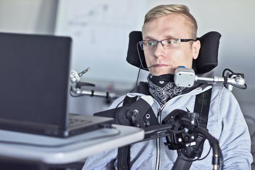 Las boletas accesibles y los dispositivos para marcarlas permiten a las personas que viven con discapacidades emitir su voto en privado. (Dob's Farm/Adobe Stock)