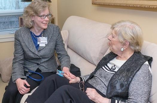 La directora de Atención Médica Primaria, Pam Miner, está entre los doctores que atienden llamadas a domicilio en Oregon (Andie Petkus/Housecall Providers).