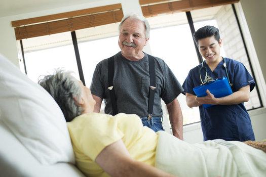 Un reporte reciente muestra que las instalaciones que cuentan con personal que tiene los niveles más altos de preparación profesional ven tasas más bajas de infección COVID-19. (Reknown Skilled Nursing)