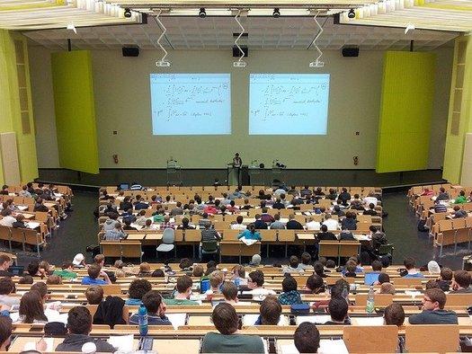 Investigaciones muestran que estudiantes que abandonan o pausan su educación universitaria tienen menos probabilidades de completar sus estudios. (Nikolay Georgiev / Pixabay)