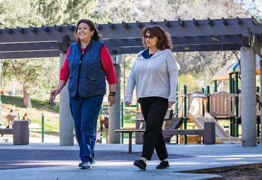 """California está implementando decenas de iniciativas para hacer del estado un lugar más """"amigable para las personas mayores"""" para vivir. (AARP)"""