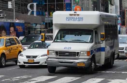 Access-A-Ride volvió a programar viajes compartidos el 6 de julio, con el requisito de mascarilla, por orden del gobernador, pero sin mandato de vacunas para pasajeros o conductores. (Chris Sampson/Flickr)