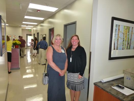Foto: Wanda Marshall y Abigail Aukema en la gran apertura de un nuevo SBHC en la Place Bridge Academy, una escuela pública de Denver. Cortesía: Colorado Association for School-Business Health Care.