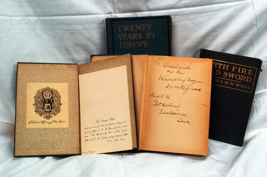 Foto: libros disponibles en la venta. Cortes�a: David McFarland, voluntario en la venta de libros.