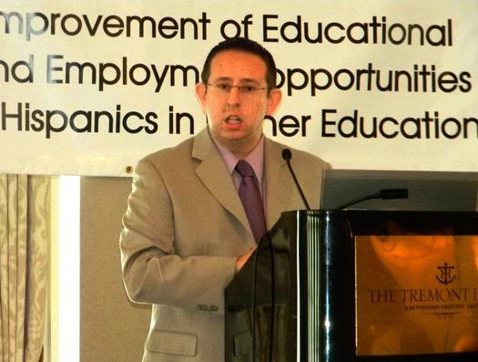 Luis Figueroa dando un discurso durante la Conferencia de la Asociación en Texas de Chicanos en Educación Superior (Marzo 2012). Permiso de Luis Figueroa