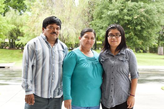 Foto de Migel Zelaya, Reina Lemus de Zelaya y su hija, Selena Zelaya, de 18 años. Miguel y Reina son trabajadores agrícolas en Florida. Cortesía: Alex Saunders, de la Farmworker Association of Florida.