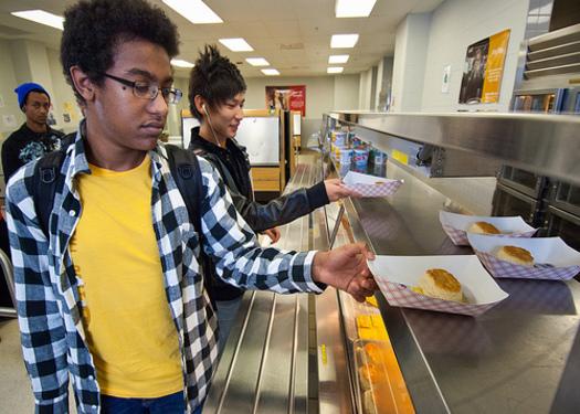 Desayuno escolar es servido a alumnos.