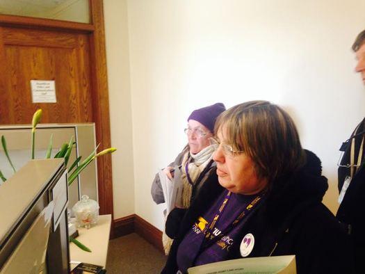 Pam Hansen (derecha) estuvo entre los auxiliares de cuidados en el hogar y clientes que visitaron a sus legisladores estatales el miercoles. Foto cortesia de SEIU Healthcare 775 NW. (acentos omitidos intencionalmente)