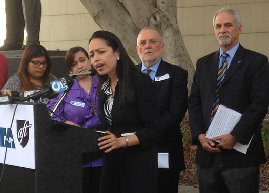 La maestra de quinto grado, Gaby Ibarra, en una reciente conferencia de prensa. La defensa ya esta llamando a los testigos en el caso de una demanda que pone a prueba las leyes del empleo de los maestros. Cr�dito de la foto: CFT.