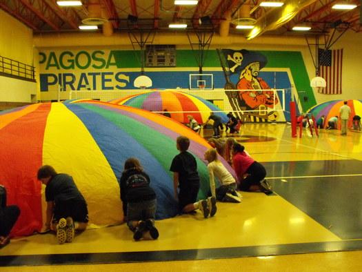 """FOTO: Hacer divertida la Educaci�n F�sica es la estrategia que sigue la Escuela Media de Pagosa Springs, Ha sido nombrada como una de las """"Escuelas Campeonas de la Salud"""" de Colorado. Foto cortes�a de Chris Hinger, director de la Pagosa Springs Middle School."""